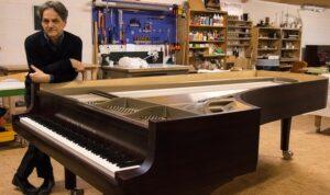 Stephen Paulello devant son piano