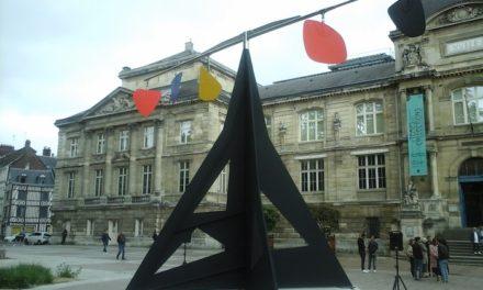 «Horizontal» de Calder devant le musée des Beaux-Arts