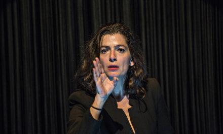 Emmanuelle Laborit chansigne l'univers de la femme