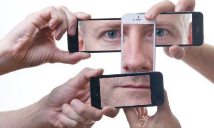 Thierry Collet lit dans les téléphones portables